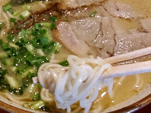 天津 しょう油豚骨ラーメン 麺拡大