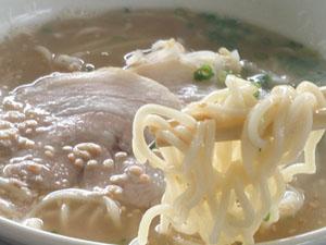 レストラン コリーヌ しょう油豚骨ラーメン 麺拡大