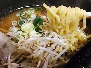 金太郎ラーメン しょう油豚骨ラーメン 麺拡大
